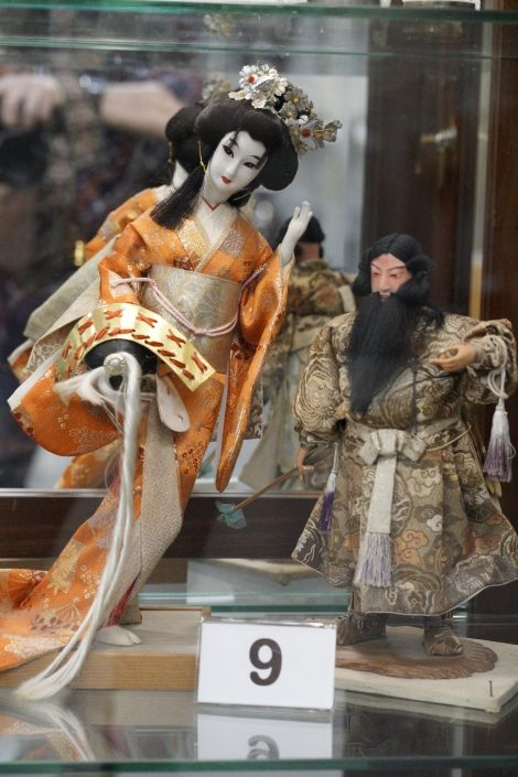 Statuettes of a geisha and a man.